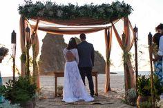 Bride Style: casamento do ator João Gabriel e da Jessica Aronis, em Fernando de Noronha. www.bridestyle.com.br #decoração #casamento #casamentonapraia #FernandodeNoronha #cerimônia #vestidodenoiva