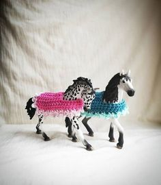 Horse blanket for sneak horses (Instructions DE) - Oma - Schleich Horses Stable, Horse Stables, Horse Tack, Diy Horse Toys, Horse Crafts, Pretty Horses, Beautiful Horses, Barbie Horse, Bryer Horses