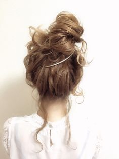 Totally my thing~ Messy Hairstyles, Pretty Hairstyles, Wedding Hairstyles, Short Hair Styles Easy, Curly Hair Styles, Hair Inspo, Hair Inspiration, Hair Colour Design, Hair Arrange