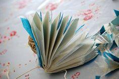 Flores de papel de seda y tul...