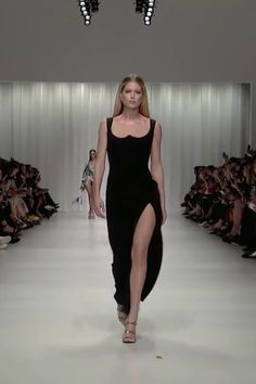 Versace Look Spring Summer 2018 Ready to Wear Collection - Black Slip and Slit Backless Sheath Evening Maxi Dress / Evening Gown with Open Back. Europe Fashion, Fashion Week, Love Fashion, Fashion Show, Fashion Outfits, Style Couture, Couture Fashion, Runway Fashion, Dinner Gowns