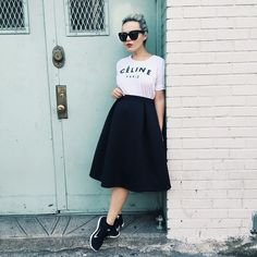 Una camiseta, falda, labios rojos y zapatos deportivos.   19 Lecciones de moda directamente desde las calles de Nueva York