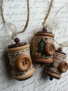 Christmas Ornament - Vintage Wooden Spools with Christmas Tree - Set of 3 Más Diy Christmas Ornaments, Homemade Christmas, Christmas Projects, Holiday Crafts, Christmas Decorations, Tree Decorations, Button Ornaments, Wooden Spool Crafts, Wooden Spools