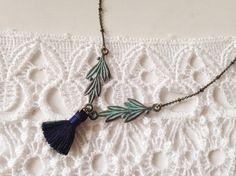 Patina(Verdigris 青銅)のオリーブリーフとネイビーブルーのミニタッセルのネックレスです。裏表同じデザインのチャームです。チェーンはアンティーク...|ハンドメイド、手作り、手仕事品の通販・販売・購入ならCreema。