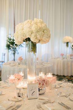 Elegante centro de mesa blanco con acentos rosas