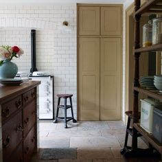 If you have to dealing with antiques pieces—like this vintage chimney—, lights and garden ornaments, you canbring the English country-house look to the classic aesthetic #kitchendesign #kitchenorganization
