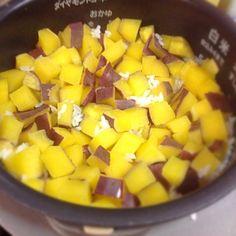 やってみたかったんだわ〜これ‼️ メッチャ美味しかった  もち米もちょっと混ぜてさらに食感が✌️ - 86件のもぐもぐ - サツマイモご飯の出来上がり〜 by drhasimoto