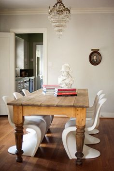 More of that white chair with honey table action folks. Dining Room Furniture, Dining Chairs, Panton Chair, Design Living Room, Interior Decorating, Interior Design, Interior Styling, Dining Table Design, Eclectic Decor