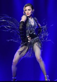 Confira os looks criados para a cantora por grifes como Prada, Gucci e Miu Miu