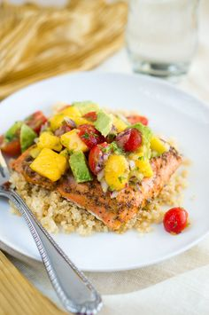 A quick meal that can be prepared in just 20 minutes - flaky salon with a refreshing yummy fruit salsa! Perfect for busy weeknights. #healthy #easyrecipe #paleo