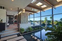 Fontaine intérieure & extérieure mais aussi grande piscine et palmiers exotiques