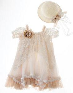 Μεταξωτό φόρεμα με δαντέλα σε vintage στυλ.