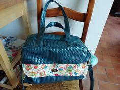 Sac à langer Boogie en simili 3D bleu et coton chouettes cousu par Anne - Patron Sacôtin