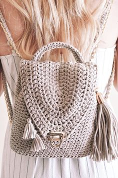 This fashion backpack purse crochet pattern by Darling Jadore is fun and easy to make! Crochet your very own fashion backpack purse with this DIY pattern! Mochila Crochet, Bag Crochet, Crochet Handbags, Crochet Purses, Crochet Hooks, Crochet Backpack Pattern, Tote Pattern, Tshirt Garn, Knitting Patterns