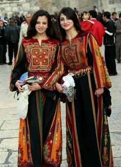 The Thawb(Traditional Palestinian/Syrian/Iraqi clothes):Bürgerliche Kleidung Ethnic Outfits, Ethnic Dress, Ethnic Clothes, Costume Ethnique, Costumes Around The World, Beauty And Fashion, Arab Women, Beauty Around The World, Inspiration Mode