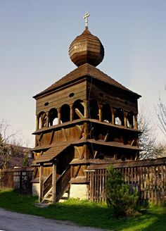 Drevená zvonička v Hronseku .