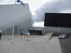 Nous avons travaillé en tant que consultants sur le projet dès le concept jusqu'à la réalisation de la construction du Complexe sportif de Saint-Laurent. #accessibilité #DesignUniversel Saint Laurent, Flat Screen, Construction, Design, Blood Plasma, Building, Yves Saint Laurent, Flatscreen