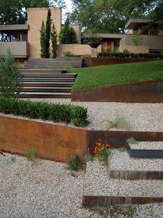 Gartenweg Kiesweg verlegen Stützmauer Metallplatte