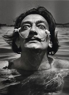 Dalí dans l'eau, Port-Lligat, 1953Photographer: Jean Dieuzaide