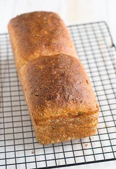 Receta de pan de molde con queso En ocasiones cuando me da por algo no puedo parar. Por ese motivo le doy vueltas al coco y a veces creo que soy muy influenciable y que si algún día tuviese alguna tentación en forma de vicio, soy la víctima perfecta. Vamos que no se me acerque ninguna Pan Bread, Sourdough Bread, Queso, Banana Bread, Diet, Baking, Desserts, Recipes, Food