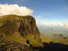 PICO DA BANDEIRAAltitude:2.892mProeminência:2.640m O Pico da Bandeira é o ponto mais alto dos estados do Espírito Santo e de Minas Gerais, como também de toda a Região Sudeste do Brasil. É também o terceiro ponto mais alto do país, com 2.891,98 metros de altitude.