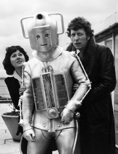 February Tom Baker as the new Dr Who for the popular BBC tv children's series. He is shown here with a Cyberman and his assistant Sarah Jane Smith, played by Elisabeth Sladen, at the BBC television centre. (Photo by Frank Barratt/Keystone/Getty Images Sarah Jane Smith, Dr Sarah, Doctor Who Assistants, 4th Doctor, Doctor Who Companions, Classic Doctor Who, Bbc Tv, Dalek, Classic Tv