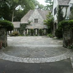 Beautiful driveway/motorcourt entry with reclaimed granite - Conte & Conte Landscape Architects