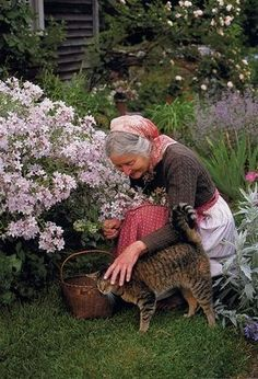Sweet Little Old Lady in her Garden with her Kitty Cat. Could be me in a couple of years! HA! FROM: Я в саду! Заходите! - Ярмарка Мастеров - ручная работа, handmade