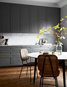 Small Kitchen Remodel Ideas to Make the Most of Your Space - Easy DIY Guide Ikea Kitchen, Kitchen Furniture, Grey Kitchen Inspiration, Dark Grey Kitchen, Kitchen Fixtures, Interior Design Kitchen, Cool Kitchens, Kitchen Remodel, Layout