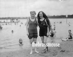 Beach Fun, Beach Babe, Summer Beach, Vintage Photographs, Vintage Photos, Black White Nursery, Beach Friends, Fancy Hats, Woman Beach