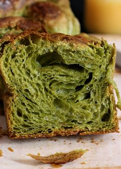 Warning : Lots of photos ahead ! Looking for a croissant loaf recipe ?! This matcha danish loaf is made from crois...