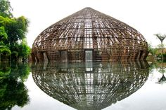 O arquiteto Vo Trong Nghia construiu uma cúpula de bambu no centro de um lago na província de Binh Duong, no Vietnã.