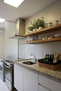 prateleira para cozinha de madeira grossa projeto de SP Arquitetos