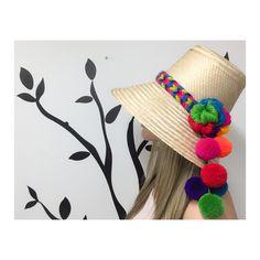 Wayuu Hats Crochet Summer Hats, Tissue Pom Poms, Summer Hats For Women, Denim Flowers, Crafts To Sell, Diy Crafts, Love Hat, Boho Diy, Fur Pom Pom