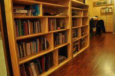 Libreros empotrados, trabajo a pedido, construidos en terciado vitrificado.