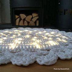 Golden Oldie 9 ⭐️: Matta virkad i Hoooked Zpagetti runt ljusslang för mörkrädda barn. 👻🌟 Till mönstret: https://bautawitch.se/2013/12/07/diy-virkad-matta-med-ljusslinga/ #virka #virkat #virkning #bautawitch #zpagetti #hoooked #hoookedzpagetti #mönster #matta #inredning #interiordesign #crochet #lightrug