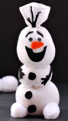 Adorable Olaf Sock Snowman Tutorial ~ Frozen fans are sure to love it! Olaf Sock Snowman Tutorial ~ Frozen fans are sure to love it! Kids Crafts, Christmas Crafts For Kids, Christmas 2014, Cute Crafts, Christmas Projects, Crafts To Do, Winter Christmas, Holiday Crafts, Christmas Gifts