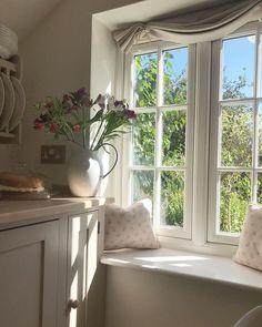 Small English Cottage, English Cottage Interiors, English Country Cottages, Small Cottage Homes, Cottage Living Rooms, Old Cottage, Small Cottage Interiors, Country Cottage Living, English Farmhouse