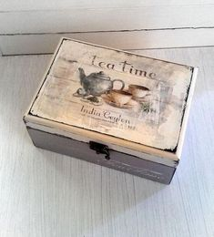A decorated box to store all your tea bags. Decoupage Vintage, Decoupage Wood, Decoupage Furniture, Wooden Crafts, Diy And Crafts, Tea Box, Custom Pillows, Trinket Boxes, Wooden Boxes