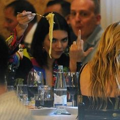 Kendall Jenner flipping the paparazzi off while eating a plate of spaghetti 😂 Boujee Aesthetic, Bad Girl Aesthetic, Aesthetic Collage, Aesthetic Photo, Aesthetic Pictures, How To Be Aesthetic, Robert Kardashian, Kardashian Kollection, Kardashian Jenner