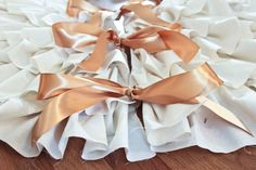 no sew ruffle tree skirt! I was just thinking I needed a new tree skirt but yes!! this is what I need. I was even thinking I could use burlap or something like that.