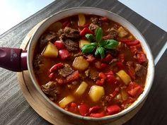 Bogracz Gulasz węgierski z wołowiny, boczku, ziemniaków, cebuli, papryki i pomidorów. Tradycyjnie bogracz jest przygotowywany w kociołku nad ogniskiem, jednak w warunkach domowych musimy posłużyć się garnkiem na kuchence Jest to bardzo pożywne, smaczne i aromatyczne danie, którym nasyci się cała rodzina. Do tego idealnie rozgrzewa w chłodne dni, polecam!  0,5 kg wołowego …