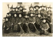 14 Vintage Witch Photos That Are Definitely Real And Prove Witches Exist! Retro Halloween, Photo Halloween, Halloween Fotos, Holidays Halloween, Halloween Witches, Happy Halloween, Halloween Mantel, Halloween Window, Halloween Poster