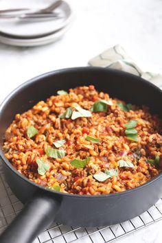 Eenpansgerecht met macaroni - Lekker en Simpel Easy Healthy Recipes, Healthy Cooking, Easy Meals, Pasta Recipes, Dinner Recipes, London Broil Recipes, Vegetarian Recepies, Macaroni Pasta, Sports Food