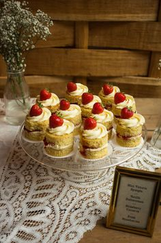 Mini Victoria sponges look so cute with the little strawberry on top Victoria Sponge Cupcakes, Mini Victoria Sponge, Strawberry Tea, Muffin Tin Recipes, Cream Tea, Cake Table, No Bake Cake, Food Inspiration, Love Food