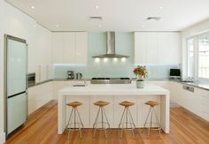 [gallery In the previous discussion, we have talked about mirror backsplash concept for modern kitchen. Now, it is time for us to talk other backsplash concept with acrylic backsplash design. Glass Kitchen, New Kitchen, Kitchen Dining, Kitchen Decor, Kitchen Ideas, Kitchen Island, Glass Fridge, Kitchen White, White Kitchens