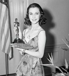 Vivien Leigh with a well-deserved Oscar.Nobody could have played Scarlett but Vivien Leigh. Old Hollywood Glamour, Golden Age Of Hollywood, Vintage Hollywood, Hollywood Stars, Classic Hollywood, Hollywood Divas, Hollywood Icons, Vintage Glamour, Scarlett O'hara