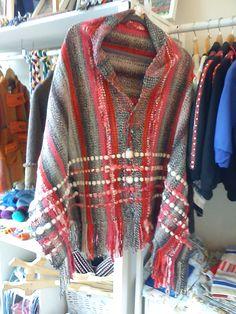 poncho tejido en telar tradicional Weaving Designs, Weaving Projects, Weaving Patterns, Tapestry Weaving, Loom Weaving, Hand Weaving, Mens Poncho, Mexican Fashion, Moda Chic
