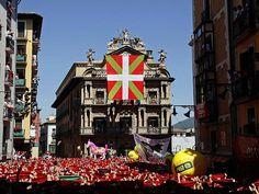 Boicot al chupinazo: despliegan una ikurriña gigante ante el Ayuntamiento | Toros | elmundo.es Pamplona, Times Square, Broadway Shows, Town Hall, Organizations, News
