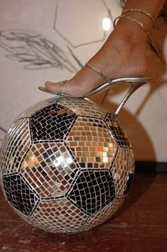Omg.... I could make this with a bowling ball !! awesome soccer ball :o me want it